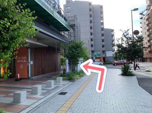 NKビルに沿って左側に曲がり、道なりに進みます。