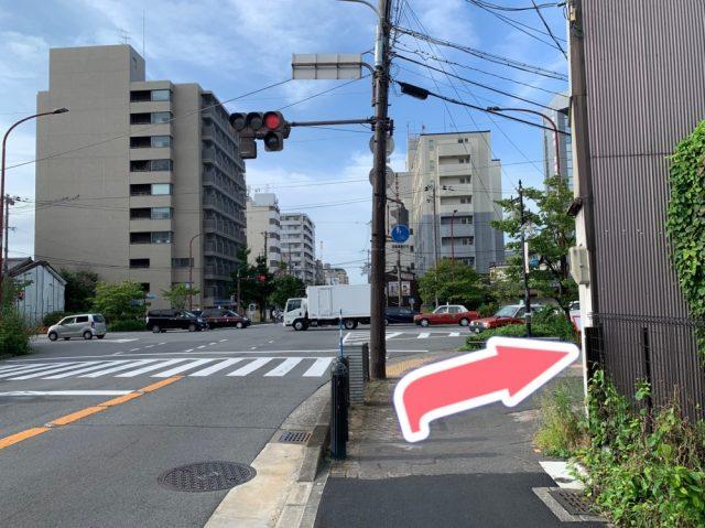 千本丸太町交差点を右側に曲がり、真っ直ぐ進みます。