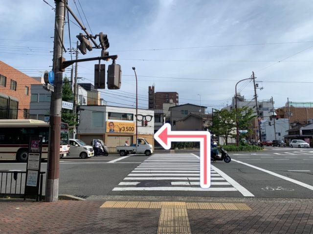 千本丸太町交差点に出るので、メガネ屋さんがある方に渡り左に曲がります。